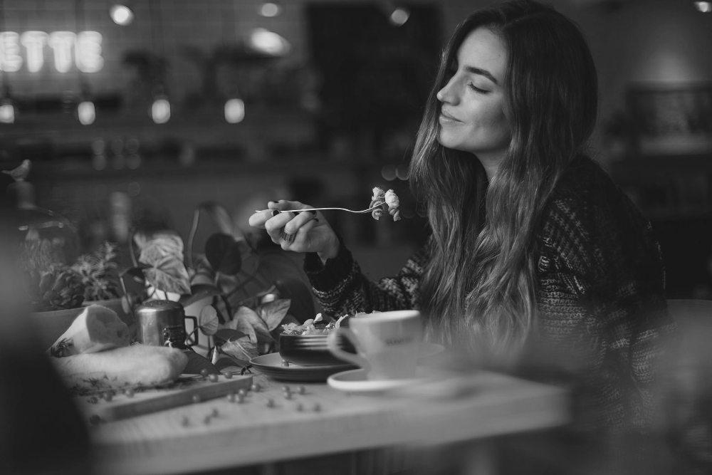 devojka-jede-smeši-se